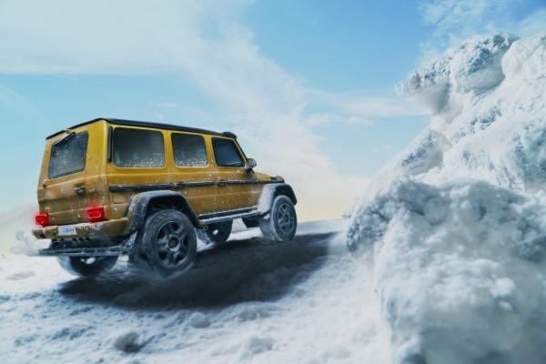 馳騁的越野跑車,車輪激起雪花,翻山越嶺的英姿,很難想像是模型拍攝作品。(陳允楷提供)
