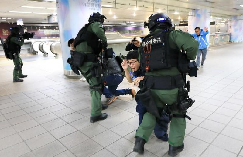 志工民眾配合維安特勤隊,在台北車站進行一場無劇本的反恐演練。(圖擷取自NPA署長室)