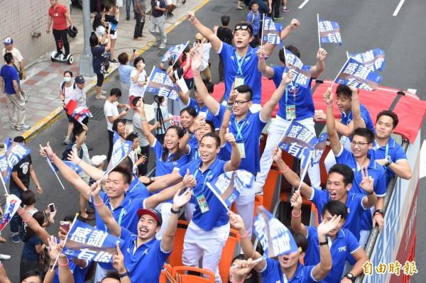 台灣選手歡呼,並向群眾揮旗致意。(記者劉信德攝)