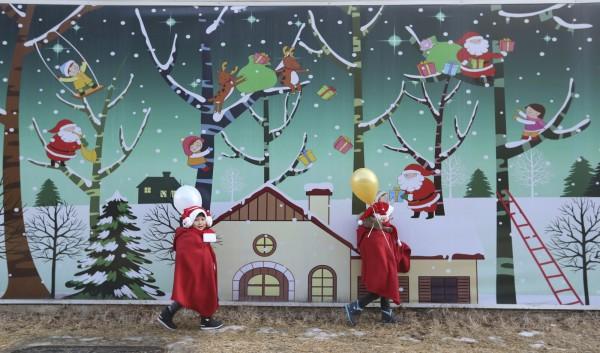 南韓建造了1座耶誕老人村,本月22日才舉行開幕儀式,許多大人小孩都會到這裡拍照、嬉戲。(美聯社)