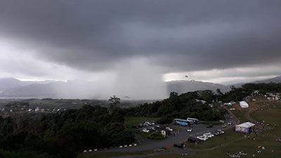 1群遊客從鹿野高台拍下遠方雨瀑奇觀,烏雲密布的天空中宛如破洞般降下傾盆大雨,但僅有局部地區受大雨影響。(圖擷取自爆料公社)