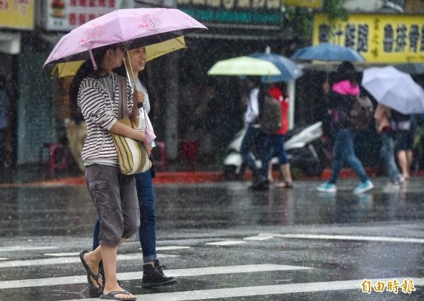 明日天氣仍不穩,北部、東部有豪雨,各地、山區則有午後雷陣雨,提醒外出民眾攜帶雨具。(資料照)