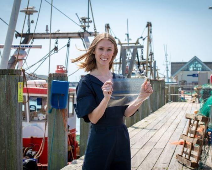 大學剛畢業的露西.休斯(Lucy Hughes)發明「魚皮塑膠」。(圖擷自James Dyson設計大獎網站)
