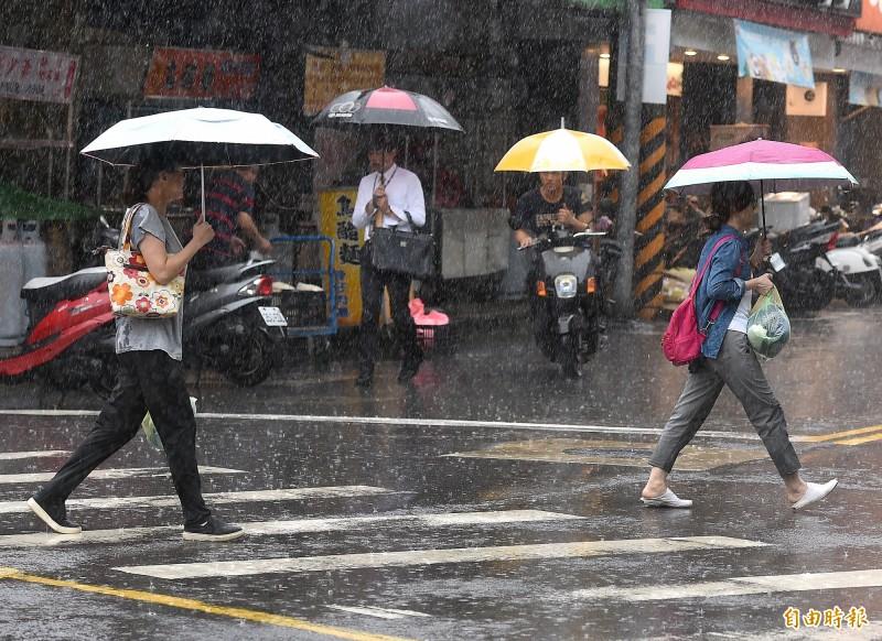由於對流雲系發展旺盛,氣象局今下午針對部分縣市發布豪雨特報。(記者朱沛雄攝)