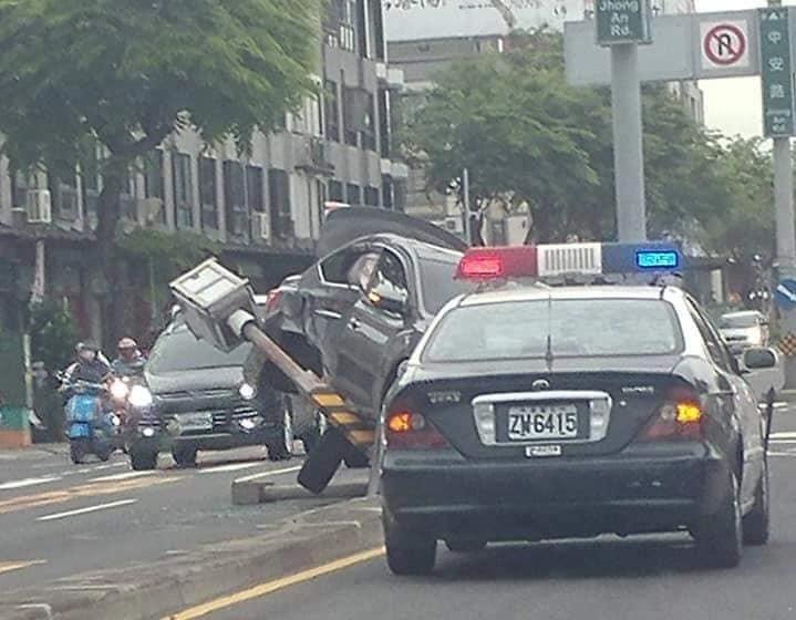 轎車失控撞倒照相測速桿,網友將照片上傳網路,還補上OS「我把你擊倒」,沒想到警方1句話碎了所有網友玻璃心。(取自爆粉公社、網路)