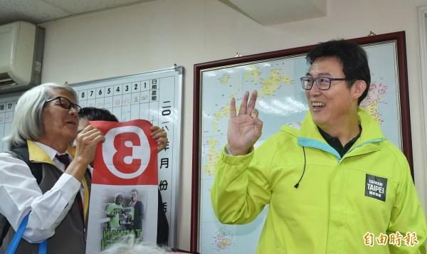 民進黨台北市長候選人姚文智(右)出席台灣國家聯盟相挺「1118手牽手前進市政府、接管大巨蛋」記者會,並向支持者比出3號手勢。(記者劉信德攝)