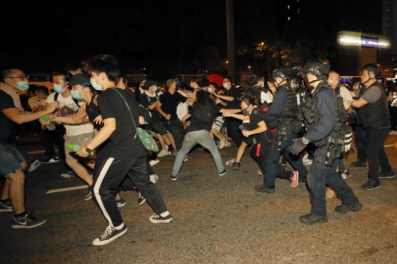 抗議者與警察發生衝突。(美聯社)
