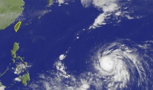 十月颱「玉兔」目前持續朝西北方移動,強度逐漸增強。(圖擷取自中央氣象局)