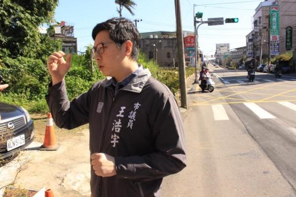 王浩宇表示,今天路邊一名阿姨見到他後,要他「好好跟韓國瑜學習」,讓他感到非常崩潰。(圖擷取自王浩宇臉書)