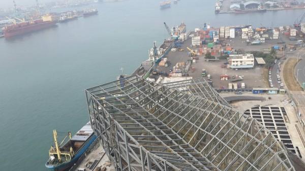 網路流傳一張鋼骨結構大樓橫躺的照片,聲稱高雄港務大樓倒塌,其實是正在施工的情形。(圖擷自網路)