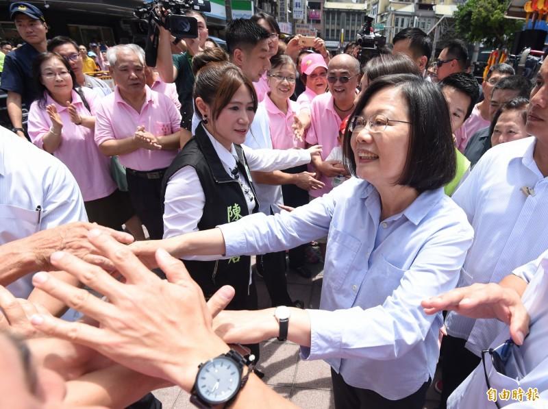 總統蔡英文16日前往北市大同區「大同普願宮」參拜,熱情的支持者簇擁著要與小英總統握手。 (記者劉信德攝)