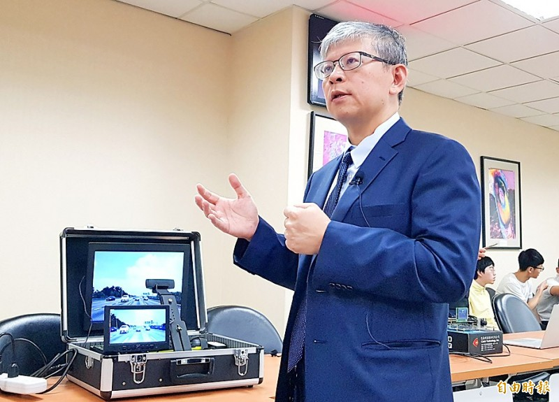 Guo Jiun-in, a professor at National Chiao Tung University in Hsinchu and member of its Intelligent Vision System Lab, explains the ezLabel device for autonomous vehicles at the Ministry of Science and Technology in Taipei yesterday.  Photo: Chien Hui-ju, Taipei Times