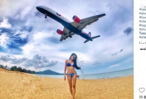 泰國普吉島邁考海灘(Mai Khao beach)因鄰近機場跑道,吸引許多遊客前來與飛機合照。(圖擷取自IG)