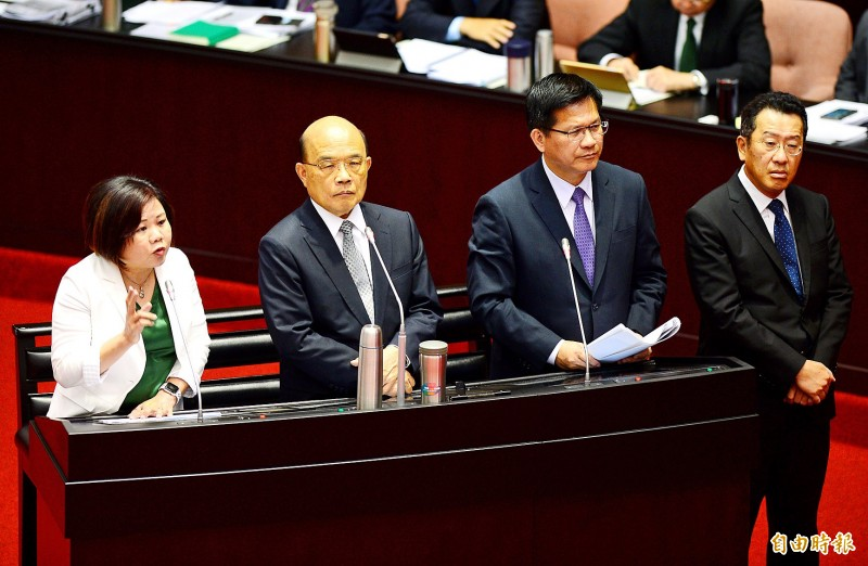 Minister of Labor Hsu Ming-chun, left — along with Premier Su Tseng-chang, second left, Minister of Transportation and Communications Lin Chia-lung, second right, and Financial Supervisory Commission Chairman Wellington Koo — comments on the regulations for delivery service platforms during a question-and-answer session at the Legislative Yuan in Taipei yesterday.  Photo: Wang Yi-sung, Taipei Times