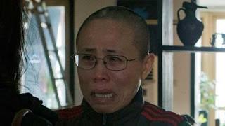 中國民權人士劉曉波的妻子劉霞被中共軟禁已久,有消息指出,她在除夕(18日)早上獲准回娘家吃團圓飯。(圖擷取自idislik)