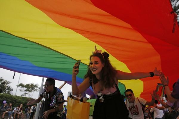 2018年香港同志遊行昨(17)日中午開幕,籲求政府訂立《性傾向歧視條例》。(美聯社)