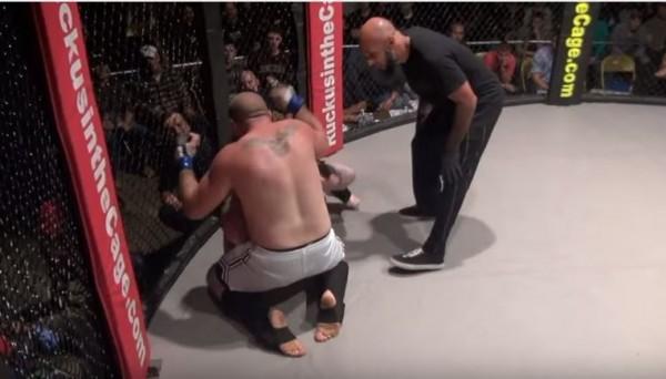 日前有選手在格鬥賽中,用「放屁」一招薰走對手,引起熱議,這次在美國綜合格鬥賽事MMA(Mixed martial arts)中將招式再進化!(圖擷取自YouTube)