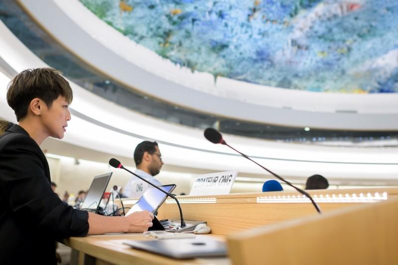 香港知名歌手和示威運動者何韻詩(左)今日在聯合國人權理事會上,對香港反送中運動情況發表演說,卻兩度遭中國代表打斷。(法新社)