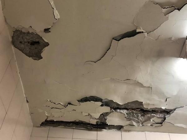 網友家裡天花板水泥無預警掉落。(圖擷取自爆怨公社)