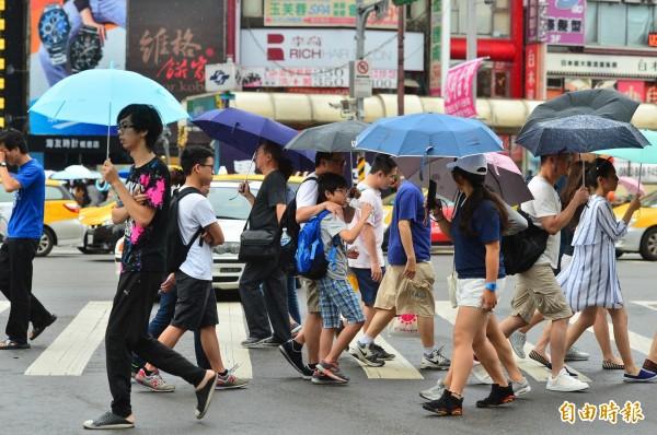 氣象專家吳德榮表示,梅雨季約在下月3日抵達台灣,但目前模擬的結構不強,且屬移動性,尚無「滯留鋒」的特徵。(資料照)