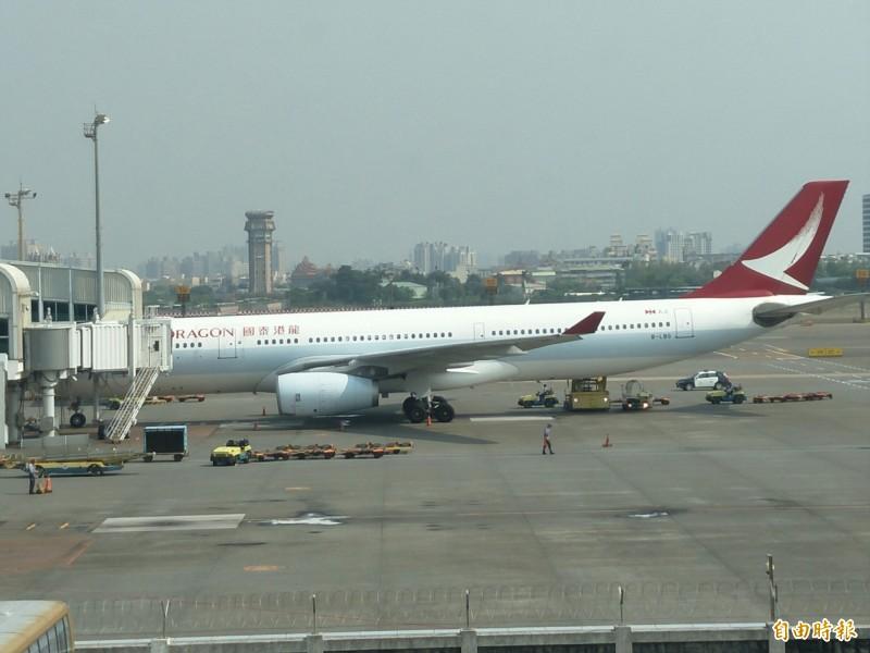 國泰港龍航空班機冒火急返高雄,國泰指是機件故障。