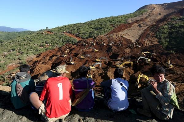搜救人員持續搜尋遭遇山崩不幸的工人。(路透)