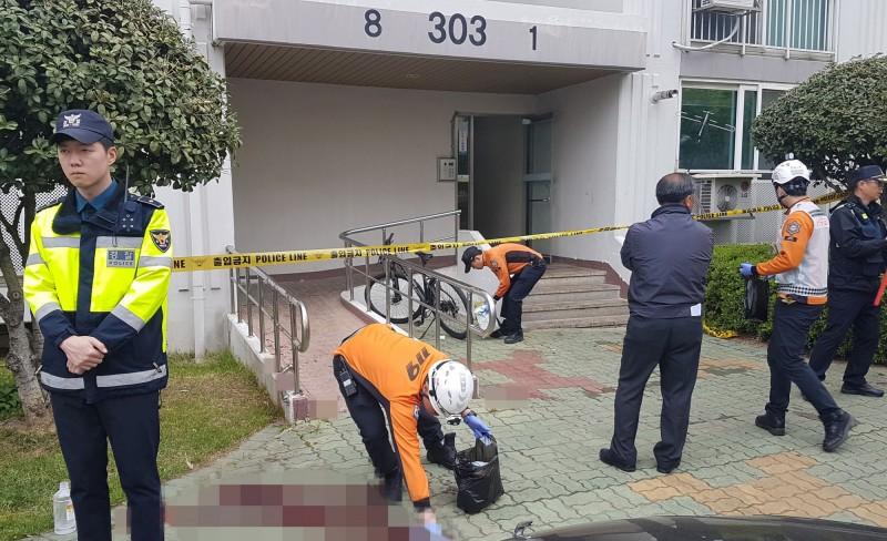 南韓近日傳出一起人倫悲劇,1名少年醒來時驚見父、母、姊都被割喉,陳屍在家中。韓警調查示意圖,非本新聞事件。(路透)