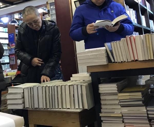日前「曉波助瀾會」推特貼出劉霞逛書店的照片,引起討論。(圖擷取自推特)
