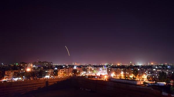 敘利亞昨(17日)遭到以色列導彈襲擊,防空砲火攔截時誤射俄羅斯IL-20軍用飛機,14人生死不明。圖為敘國先前遭以國導彈攻擊的場景。(歐新社)