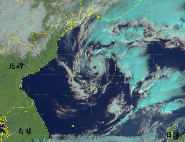 該氣旋可見光雲圖。(擷取自鄭明典臉書)