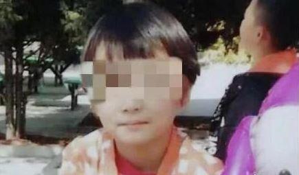 中國寧夏李姓女童(圖中)遺體日前尋獲。警方表示,女童玩耍時跌倒昏迷,玩伴因為怕被大人罵,持木板砸死女童。(擷取自「人民日報」)