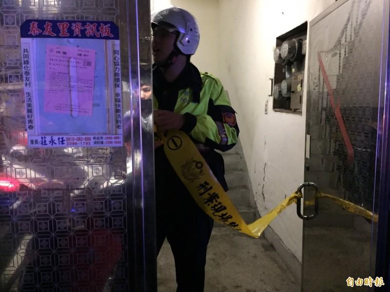 新北市泰山區明志路1處公寓發現小1、小3學童遺體,警方前往調查。(記者曾健銘攝)