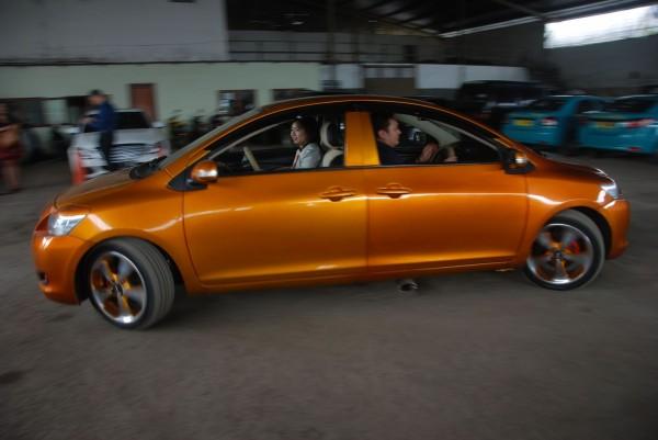 印尼老技師打造出雙頭車。(法新社)