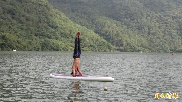若為資深立式划槳玩家,可在鯉魚潭挑戰瑜伽動作,讓身心靈融入好山好水中。(記者沈昱嘉攝)