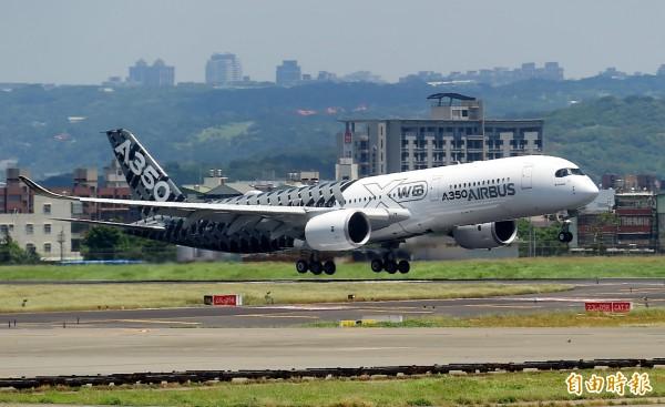 空中巴士新一代中長程客機A350今天上午將在台灣展示飛行,上午11點由桃機起飛繞行台灣一圈一個半小時。(記者朱沛雄攝)