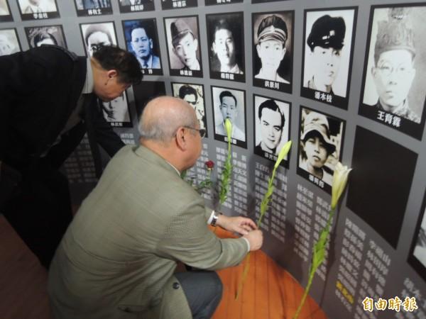 圖為台南市近日舉辦「228大屠殺70週年暨1987年228平反運動30週年藝術聯展」,有228受難者家屬與民眾到場獻花追思,示意圖。(資料照,記者洪瑞琴攝)