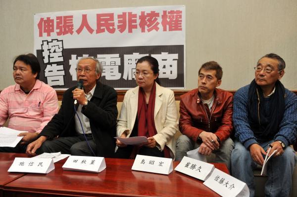 民進黨立委田秋堇、台灣環保聯盟等團體今與日本律師島昭宏舉行記者會,呼籲民眾一起向核電廠商提國際訴訟。(記者簡榮豐攝)