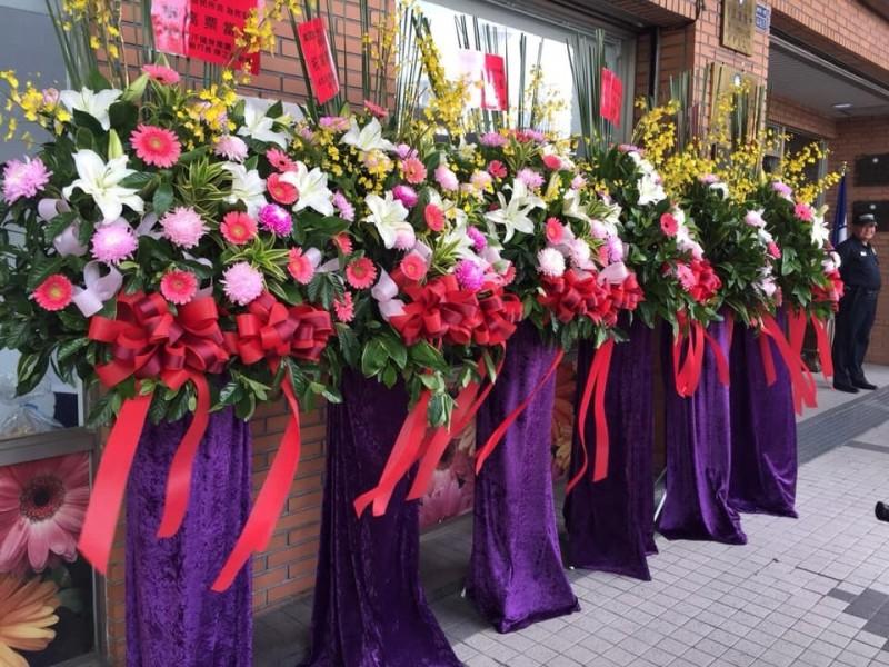 館長在韓國瑜當選前後,曾送上大批花籃。(圖擷自臉書)