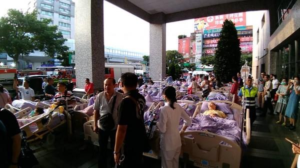衛福部護理之家大批傷病患連人帶床被救出,塞滿台北醫院正門。(民眾提供)