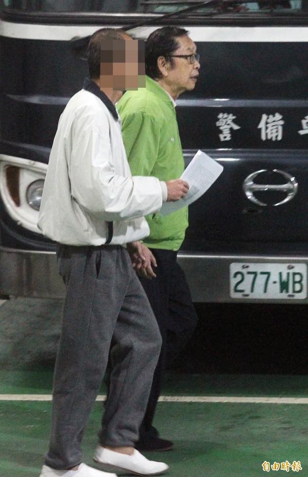 原被羈押的前幸福人壽董事長黃正一(綠衣者)交保確定。(記者廖振輝攝)