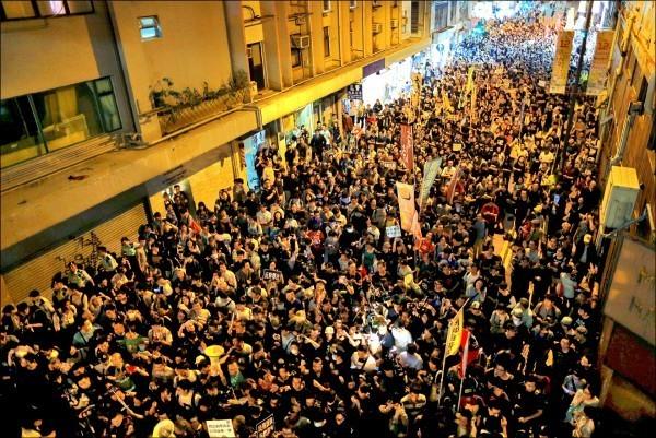 「民間人權陣線」昨發起示威活動,抗議中國侵害香港司法獨立。(路透)