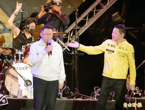 閃靈《鎮魂護國》演唱會,台北市長柯文哲(左2)搞笑應徵主唱。(記者胡舜翔攝)