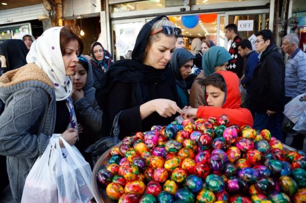 伊朗司法部門15日晚間對外宣布逮捕了8名網路模特兒,她們因為照片沒有戴頭巾而將頭髮露出或穿著打扮不符合「伊斯蘭教義」,而被指控製作和散布不道德及不符合伊斯蘭文化的淫亂圖片。(歐新社)