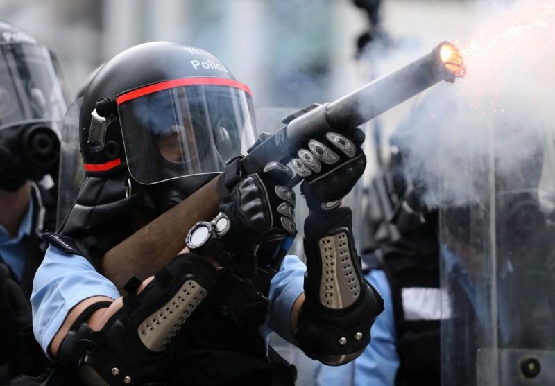 香港反送中示威昨天下午遭到強力驅離,警方多次向群眾發射催淚彈、布袋彈、橡膠子彈等武器。(路透)