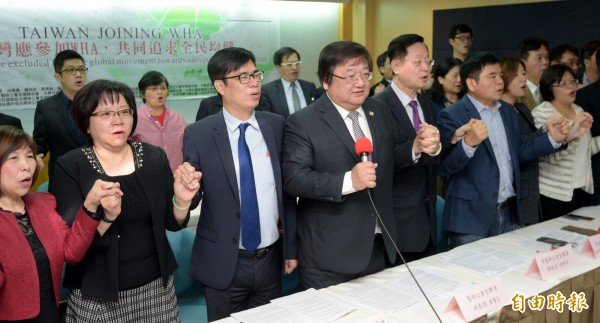 台灣19個醫事團體18日舉辦國際記者會發表聯合宣言,訴求「台灣應參加WHA,共同追求全民均健」。(記者張嘉明攝)