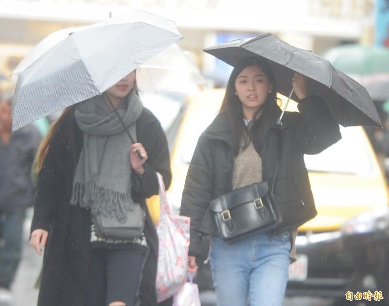 氣象專家彭啟明表示,今日鋒面通過全台有雨,局部地區有較大雨勢,週三降雨趨緩,週四轉偏西南風後可能一路降雨至下週。(資料照)