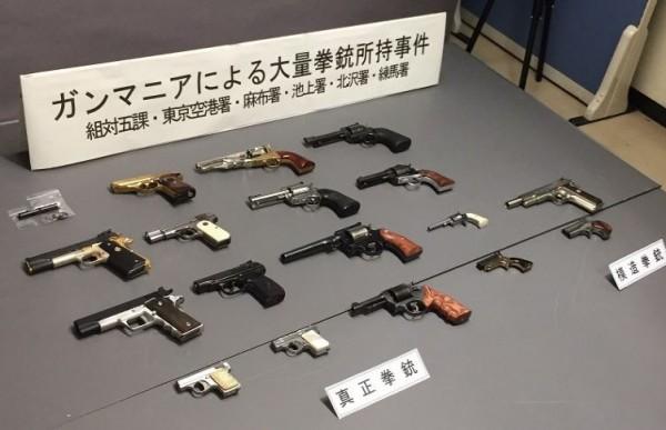 日男金澤泰之因喜好收集古董手槍,前後收集18把手槍及仿造槍枝,警方經調查後,今日將其逮捕,其中有16把手槍具有殺傷力。(圖擷取自每日新聞)