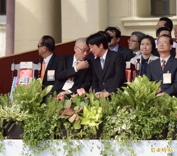 行政院長賴清德(前排右2)與中國國民黨主席吳敦義(前排左2)不時低頭交談。(記者黃耀徵攝)