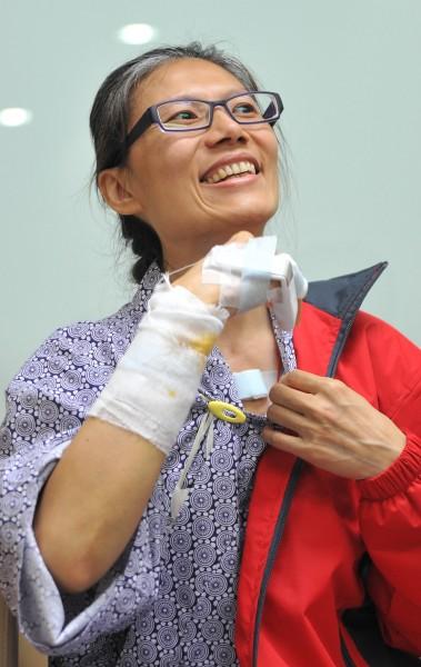 北捷殺人事件受害者陳家慧出示傷口包紮處,說明在捷運上遭砍傷過程,並表示為了擋下刀子,才造成右手韌帶斷裂。(記者劉信德攝)