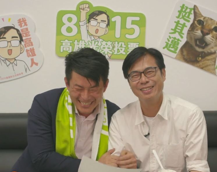 陳其邁(右)和陳柏惟(左)在直播中小開金口,稍微唱了「台語版」的「聽海」。(圖取自陳其邁臉書)